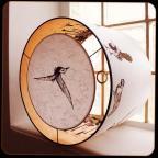Suspension planère * diamètre 40 cm / ht 30 cm * blanc cassé / orange * oiseaux / forêt avec racines / oiseau
